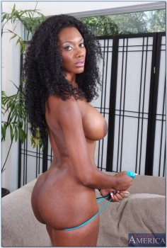 Naughty America - Nyomi Banxxx - Negrita Ama de Casa!
