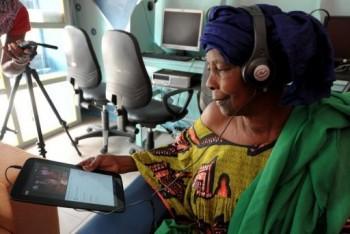 Seorang nenek Senegal juga ikut memainkan tablet / Getty Images