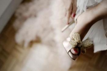 Memakai sepatu pengantin - Ist