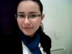Coqueta novia grabando video de disculpas al novio