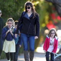 Jennifer Garner - out in Santa Monica 12/10/13